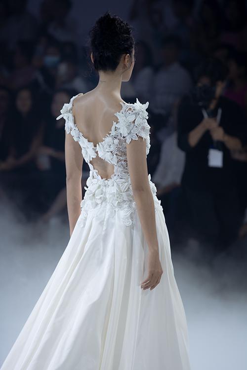 Mặt lưng váy có khoảng cut out - đặc trưng trong thiết kế của Trương Thanh Hải.