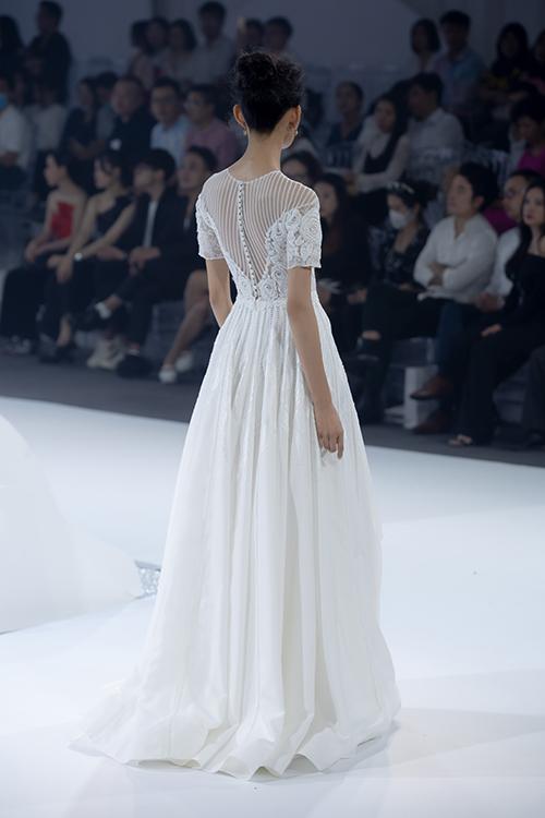 Mặt lưng váy có dây đan, hoạ tiết hoa thêu giúp níu giữ ánh nhìn từ mọi góc độ.