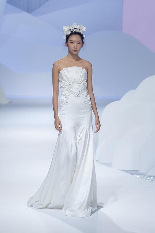 Trương Thanh Hải là NTK váy cưới đầu tiên ở Việt Nam điêu khắc trên vải xuyên suốt bộ sưu tập, thông qua các hoa văn gợi nhắc kỹ thuật điêu khắc thời kỳ phục hưng ở châu Âu. Chiếc váy còn có phần ghép nối hoa trên thân áo, đem lại vẻ nữ tính cho người diện.