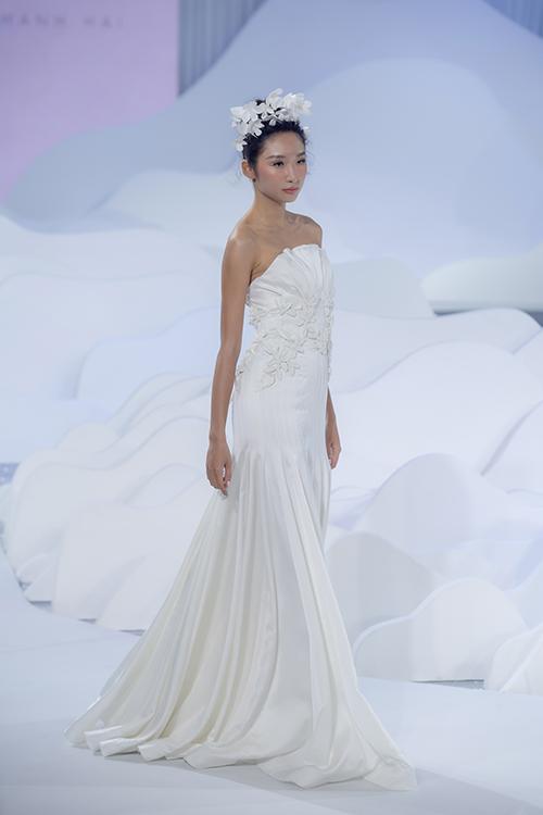 Tùng váy xoè nhẹ giúp cô dâu dễ dàng di chuyển.