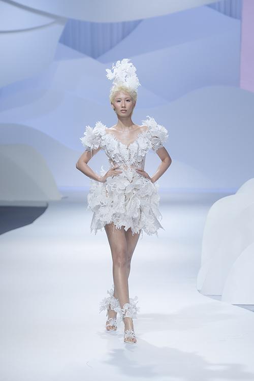 Váy được tạo hình bằng cách đắp ren, lưới tạo hiệu ứng nổi khối 3D. Tất cả các công đoạn đều được xử lý bằng tay tỉ mỉ.