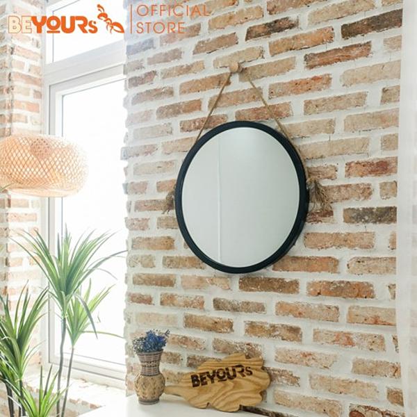 Bên cạnh đó, khách hàng có thể tham khảo mẫu gương tròn treo tường có mặt gương mỏng, nhẹ và bền chắc, phù hợp khi treo, tiết kiệm không gian, chất liệu gỗ tự nhiên thân thiện với môi trường. Trong ảnh là mẫu gương tròn Mia Circle Mirror khung gỗ được bán với giá ưu đãi chỉ từ 379.000 đồng tại Beyours. Gương không chỉ là vật dụng để soi mà còn là vật trang trí cho căn phòng. Vật dụng này chứa đựng yếu tố phong thủy khi tích lũy và khuếch đại năng lượng tích cực, cân bằng âm dương, tăng cường ánh sáng cho ngôi nhà.