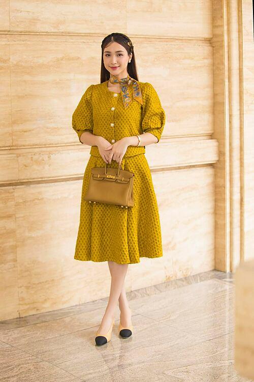 Hòa Minzy diện nguyên cây hàng hiệu tone vàng khi đi dự sự kiện.