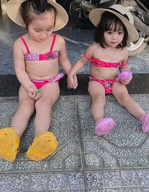 Vẻ đáng yêu của hai con gái Hoài Lâm - Bảo Ngọc khi diện áo tắm.