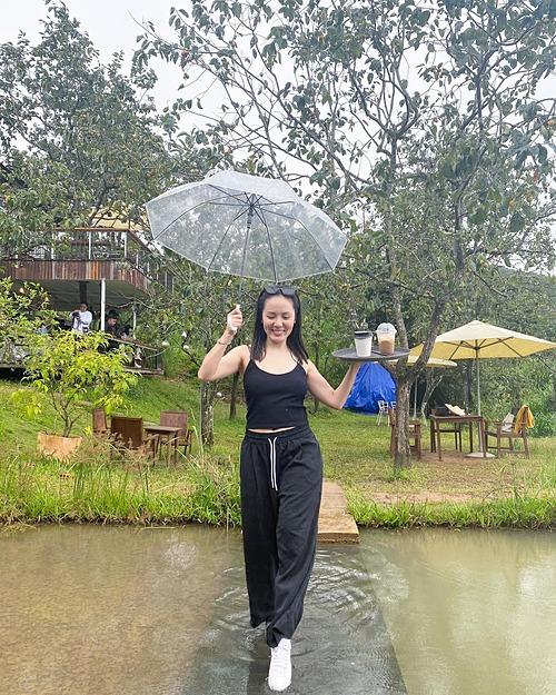 Ca sĩ Phương Linh tung tăng khi du lịch ở Đà Lạt.