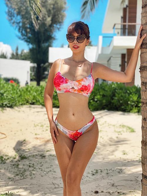 Siêu mẫu Hà Anh tự tin khoe dáng với bikini hai mảnh.