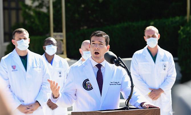 Bác sĩ Nhà Trắng Sean Conley tại Trung tâm Quân y Quốc gia Walter Reed sáng 3/10. Ảnh: AP.