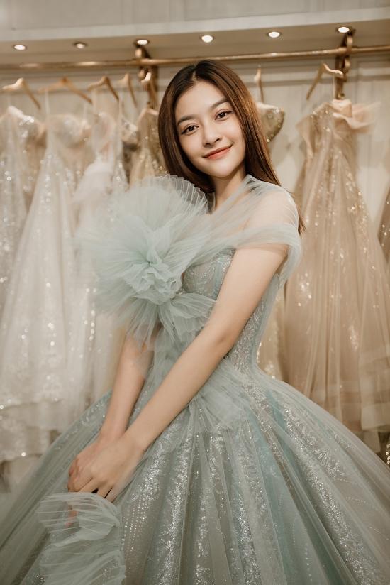 Kiều Loan hoá thành nàng công chúa với kiểu váy bay bổng.