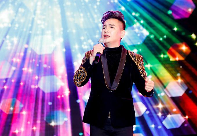 Việt Quang gợi nhớ một thời thanh xuân của nhiều khán giả thế hệ 8X với hai bản hit Tình ơi, Tình phiêu lãng.