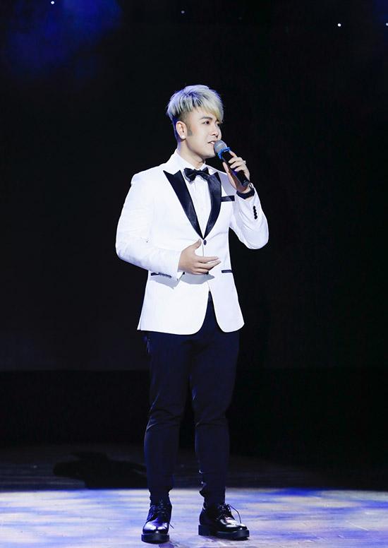 Akira Phan thể hiện sáng tác của nhạc sĩ Nguyễn Văn Chung mang tên Mùa đông không lạnh - ca khúc từng đưa tên tuổi anh đến gần hơn công chúng yêu nhạc hơn chục năm về trước.