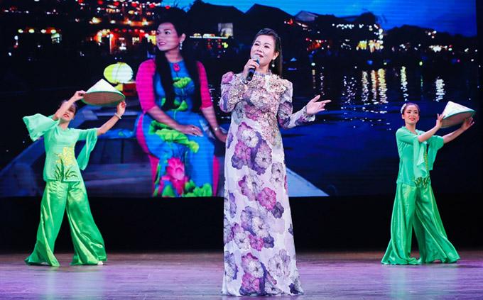 Ca sĩ Dương Hồng Loan diện áo dài nền nã hát Yêu mãi quê hương.