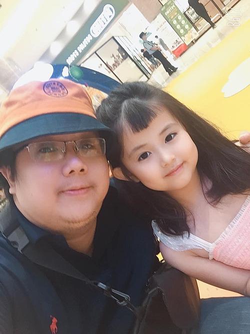 Gia Bảo đưa con gái đi chơi cuối tuần.