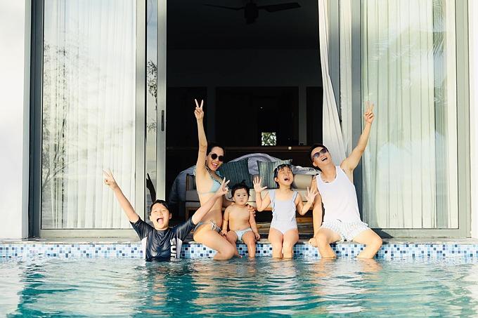 Ca sĩ Hoàng Bách cùng vợ và ba con tận hưởng kỳ nghỉ dưỡng ở Phú Quốc.