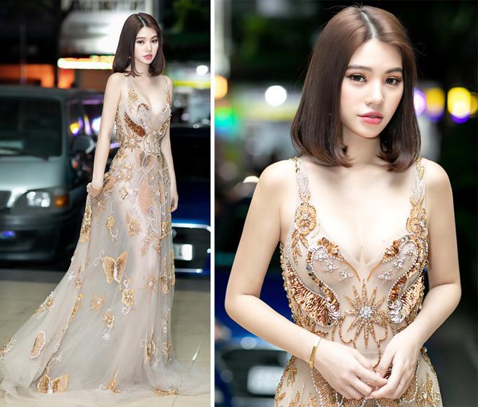 Jolie Nguyễn tỏa sáng trong chiếc váy xuyên thấu đính kết cầu kỳ.