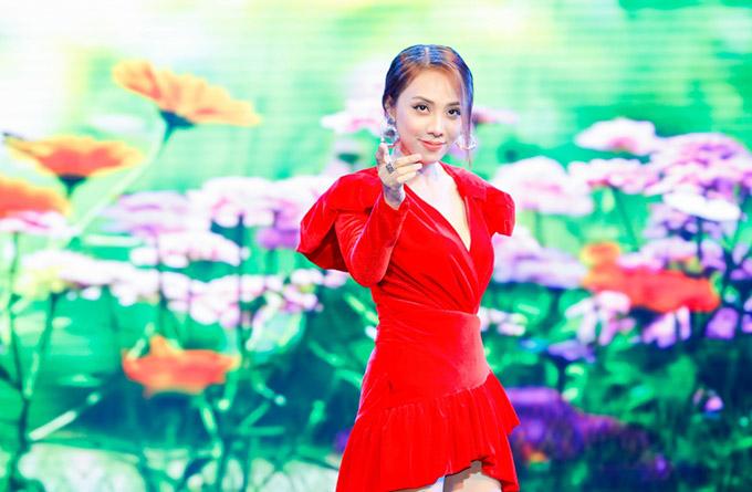 Miko Lan Trinh nổi bật trong bộ váy đỏ rực tham gia đêm nhạc từ thiện. Sau đêm nhạc ở TP HCM, show Bao la tình người sẽ tiếp tục diễn ra ở Hà Nội.