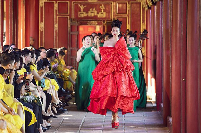 Hoa hậu Tiểu Vy diện váy đính nơ, trang trí khối xếp tầng cầu kỳ xuất hiện cùng các nhạc công tạo nên sức hút cho show Vàng Son từ những phút mở màn.