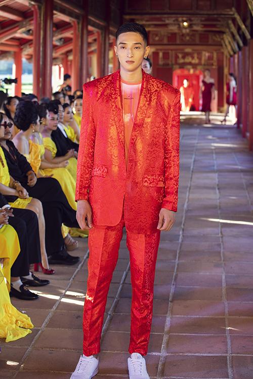 Trang phục dành cho nam giới là những bộ suit tông màu nổi bật thiết kế trên vải gấm.