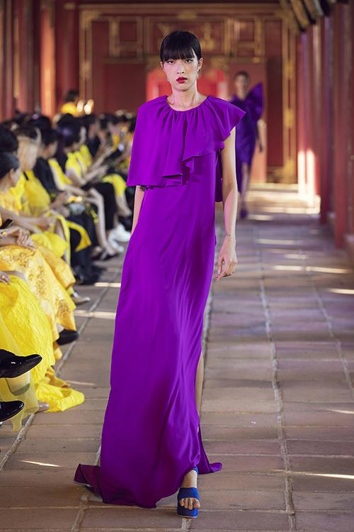 Nhà mốt Việt vẫn trung thành với cách sử dụng tông đơn sắc, kích thích thị giác như xanh, đỏ, vàng, tím, xanh lá.