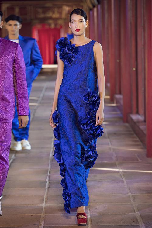 Các thiết kế thể hiện sự phong phú với váy cổ điển, váy trễ vai, váy babydoll , váy tạo hình khối...