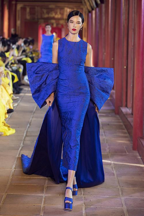 Ở phần một của chương trình,  Vũ Ngọc và Son giới thiệu các thiết kế đơn sắc ứng dụng mang hơi hướng couture .