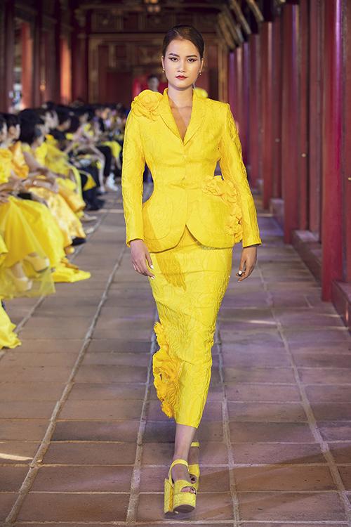 Sắc vàng là tông màu chủ đạo của bộ sưu tập lần này. Nó được hai nhà mốt biến hoá trên nhiều dáng váy đi tiệc và đầm mang tính ứng dụng cao.