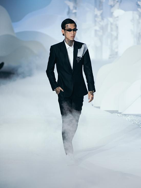 Rapper Dế Choắt thử sức làm người mẫu.