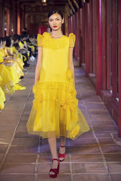 Cùng với dòng váy dạ tiệc cao cấp, hai nhà thiết kế còn tận dụng voan lụa để tạo nên những bộ đầm ứng dụng không kém phần điệu đà.