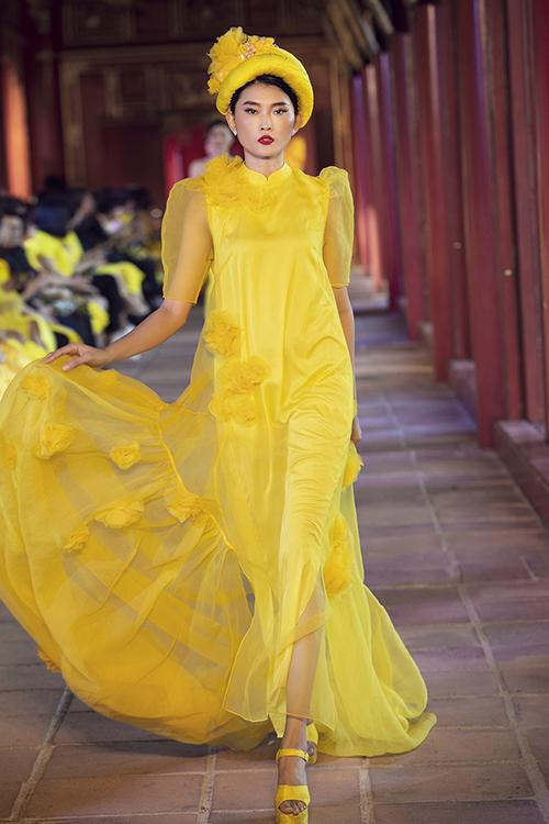 Vẻ đẹp của áo dài và trang phục truyền thống cũng được hai nhà thiết kế đưa vào nhiều mẫu trang phục cách tân.