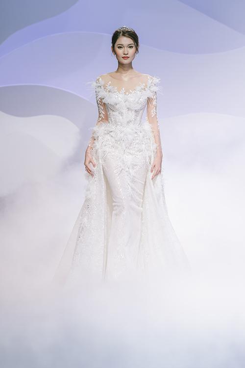 Cũng xuất phát từ quan niệm phụ nữ luôn đẹp theo cách riêng mình, Vĩnh Thuỵ giới thiệu thêm 24 mẫu váy khác thuộc bộ sưu tập, tôn cá tính khác nhau của nàng dâu.
