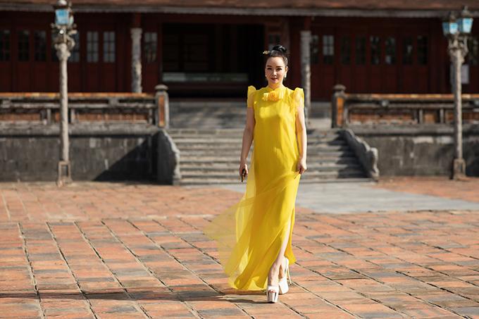 Mai Thu Huyền chọn váy lụa trang trí tay bồng đi kèm xẻ tà để tôn nét duyên dáng khi đến Đại Nội Huế xem show thời trang.
