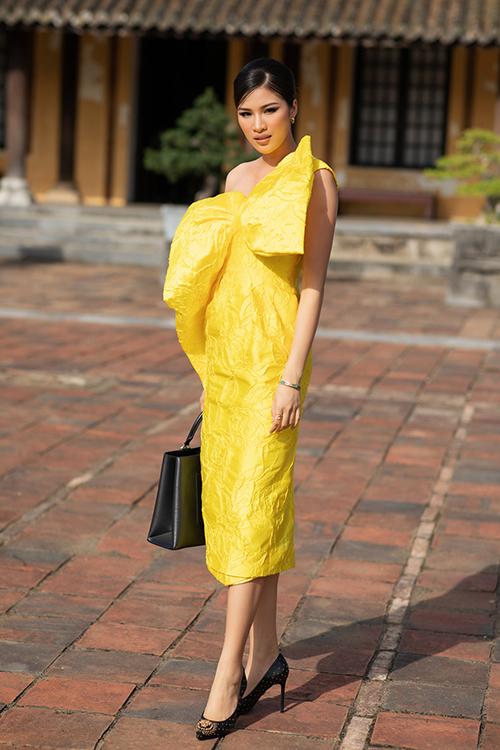 Người mẫu Nguyễn Thị Thành diện váy nơ to bản nằm trong bộ sưu tập mới nhất của Vũ Ngọc và Son.