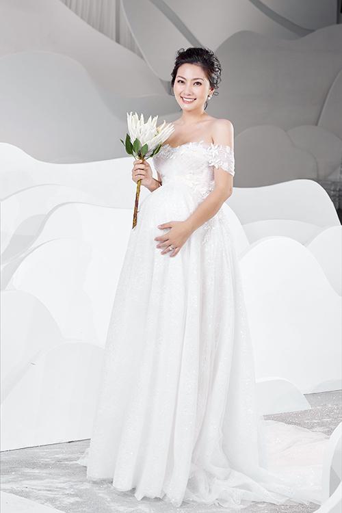 Chiều 4/10, NTK Vĩnh Thuỵ đã cho ra mắt bộ sưu tập mới trong khuôn khổ triển lãm cưới diễn ra tại TP HCM. Lần đầu tiên trên sàn diễn, NTK gợi ý trang phục cho cô dâu bầu thông qua phần trình diễn của diễn viên Ngọc Lan.