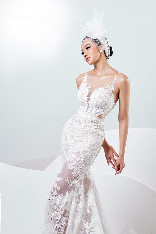 NTK vẫn phát huy điểm mạnh của mình là sử dụng hoạ tiết ren sang trọng được bố cục tinh tế giúp cô dâu nổi bật trong tiệc cưới.