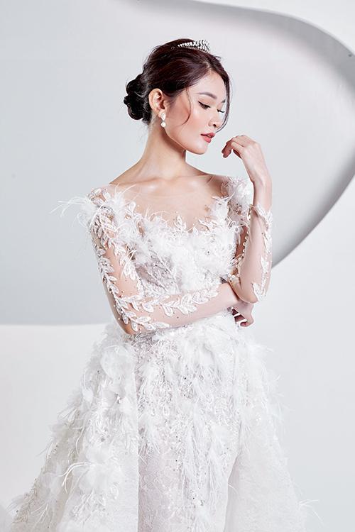 Bộ váy đính lông vũ mà Á hậu Thuỳ Dung - vedette của show là mẫu đầm kỳ công, tốn thời gian nhất của NTK.