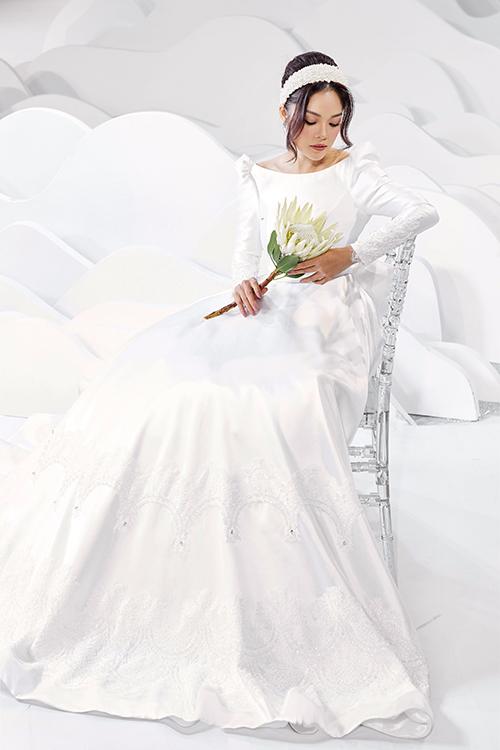 NTK sử dụng kỹ thuật xử lý chất liệu vải tinh tế, tối giản hóa việc sử dụng phụ kiện to bằng các váy có độ phồng xoè bồng tự nhiên. Trên thân váy là hoạ tiết lấy cảm hứng hoàng gia, có độ bắt sáng tự nhiên.
