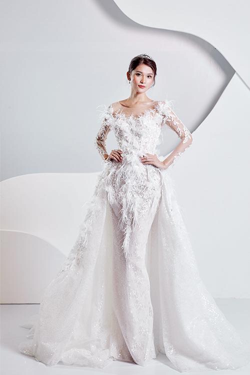 Váy được đính hàng chục nghìn viên pha lê Swarovski để tăng hiệu ứng bắt sáng tối đa, điểm xuyết lông vũ giúp tổng thể mềm mại.