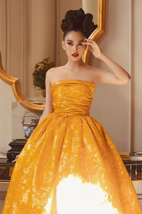Tiểu Vy chọn váy cúp ngực tông vàng ánh kim khi đến tham gia chương trình. Bên cạnh đó cô còn giữ vị trí mở màn cho fashion show lần này.