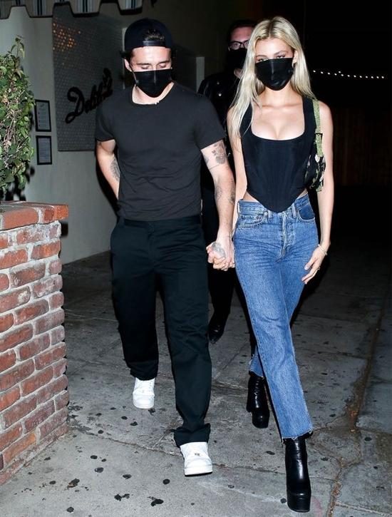 Nữ diễn viên Mỹ khéo khoe eo nhỏ, ngực đầy trong chiếc áo ngắn vạt bầu. Tháng trước người đẹp 25 tuổi bị đồn mang bầu khi mặc váy rộng chụp ảnh. Tuy nhiên cả nhà Becks và Nicola Peltz đều không lên tiếng.