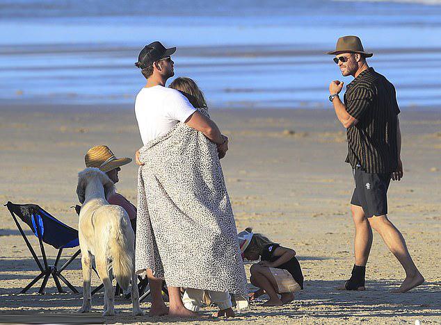 Anh trai của Liam - tài tử Chris Hemsworth (bên phải) - mỉm cười nhìn đôi trẻ quấn quýt bên nhau.