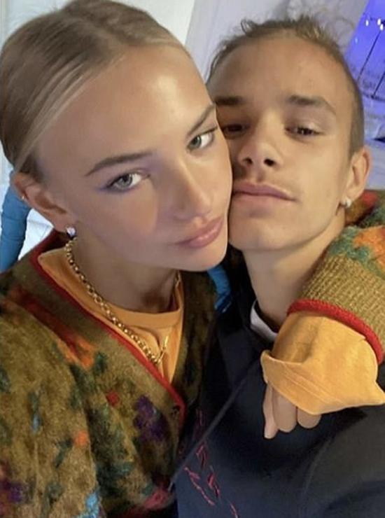 Trong khi anh cả Brooklyn và nữ diễn viên Nicola Peltz quấn quýt bên nhau, cậu hai Romeo và bạn gái Mia Regan cũng say đắm không rời. Đôi trẻ tuổi teen đăng ảnh ôm nhau kỷ niệm một năm rưỡi yêu.