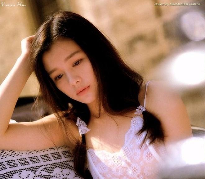 Từ Nhược Tuyên nổi tiếng nhờ bộ phim Cơn lốc tình yêu đóng cùng Châu Du Dân, Chu Hiếu Thiên.