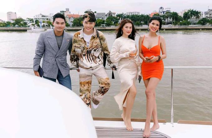 Diễn viên Ngọc Thanh Tâm (thứ hai từ phải qua) cũng đi chân trần đứng ngắm cảnh sông nước Sài Gòn cùng Oanh Yến.