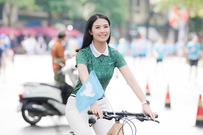 Hoa hậu Ngọc Hân đạp xe, tuyên truyền lối sống xanh ở Hà Nội.