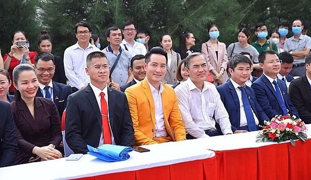 Nguyễn Phi Hùng (vest vàng) góp mặt tại sự kiện ra mắt
