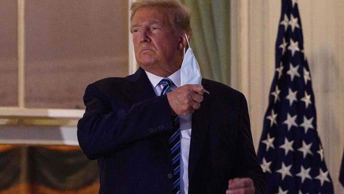 Ông Trump tháo khẩu trang khi về đến Nhà Trắng. Ảnh: AFP.