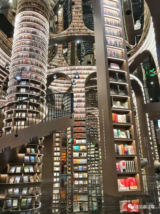 Khu trung tâm bày sách văn học, thiết kế gương rộng mở và tươi sáng. Dù là điểm đến nổi tiếng, luôn đông khách nhưng hầu hết mọi người đều hạn chế riếng ồn, khiến thời gian như trôi chậm lại.
