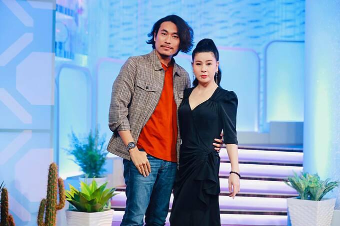 Nghệ sĩ Cát Phượng sánh vai ông xã Kiều Minh Tuấn trong một chương trình.
