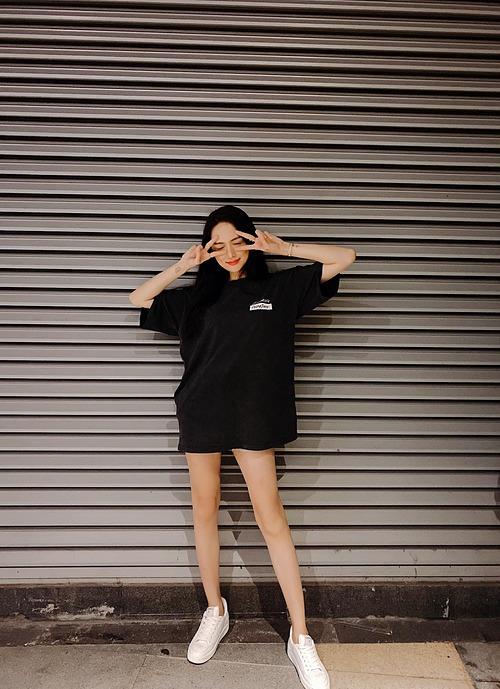 Hương Giang mặc giản dị, tạo dáng nhí nhảnh sau khi bị bắt gặp đi ăn uống bên đường phố cùng bạn trai Matt Liu và những người bạn.