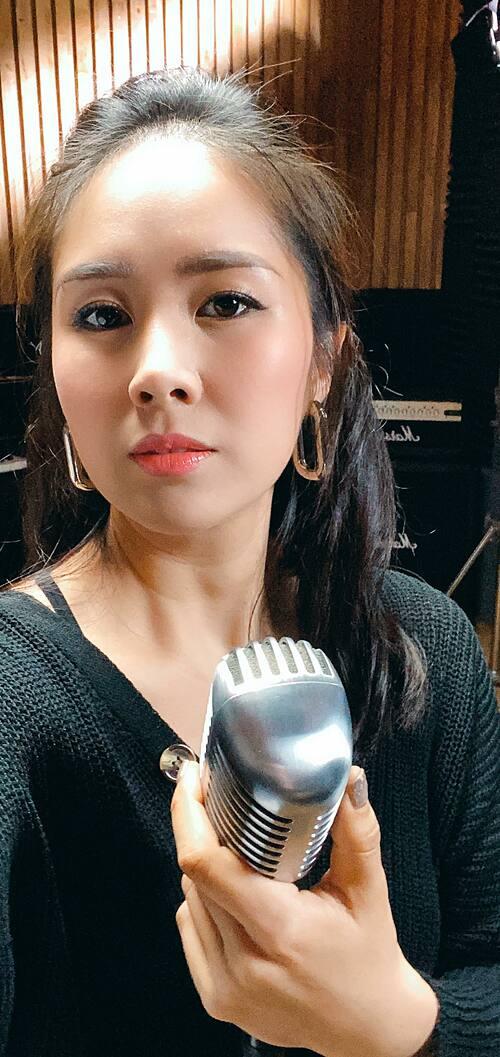 Em làm diễn viên kiêm ca sĩ được không cả nhà?, Lê Phương hỏi fan. Ngoài khả năng diễn xuất, Lê Phương còn có năng khiếu ca hát. Cô thỉnh thoảng cùng chồng hát trên sóng livestream tặng khán giả.