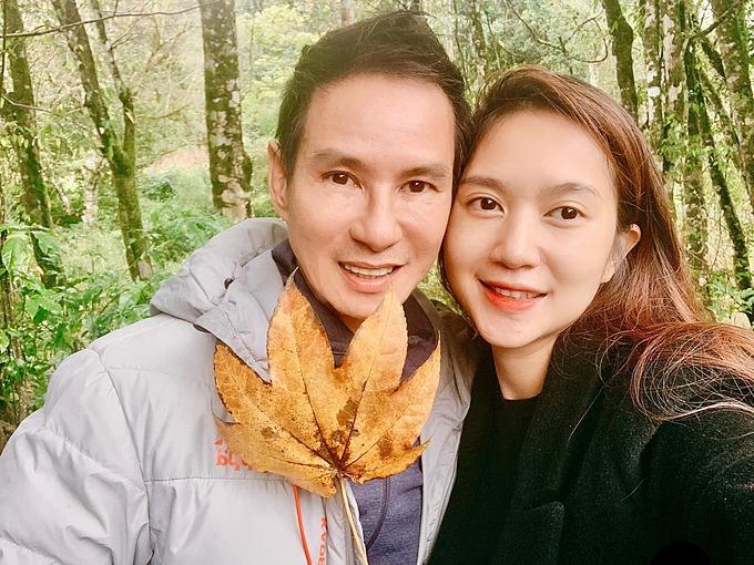 Vợ chồng Lý Hải - Minh Hà tranh thủ pose hình tại hậu trường quay phim.